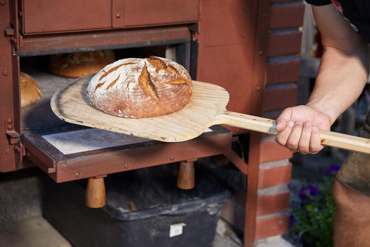 Holzbackofen für draußen mit frischem Brot