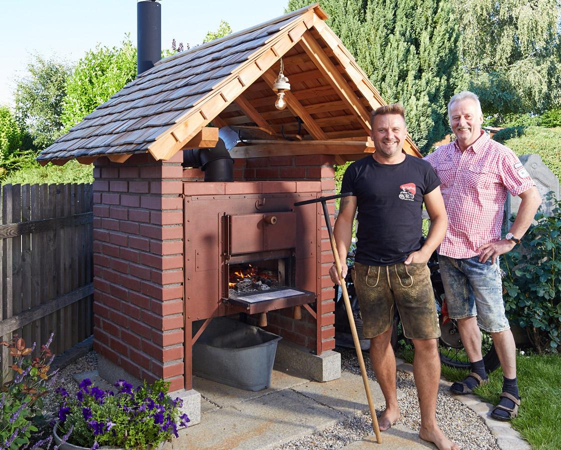 Ein Holzbackofen im Garten ist der Star jeder Familie