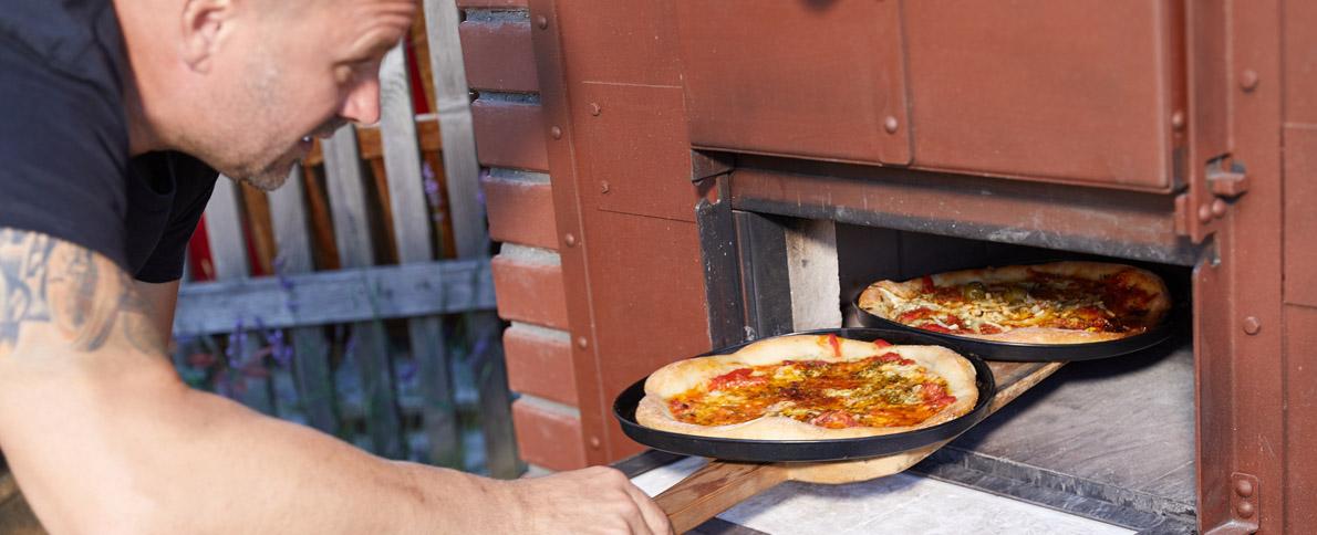 Auch Pizza gelingt im Holzbrotbackofen