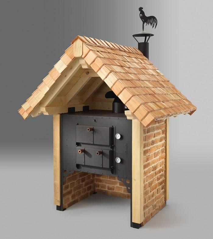 Holzbackofen mit Holz und Schindeldach