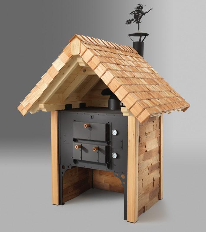 Holzbackofen mit Eichenholz und Schindeldach