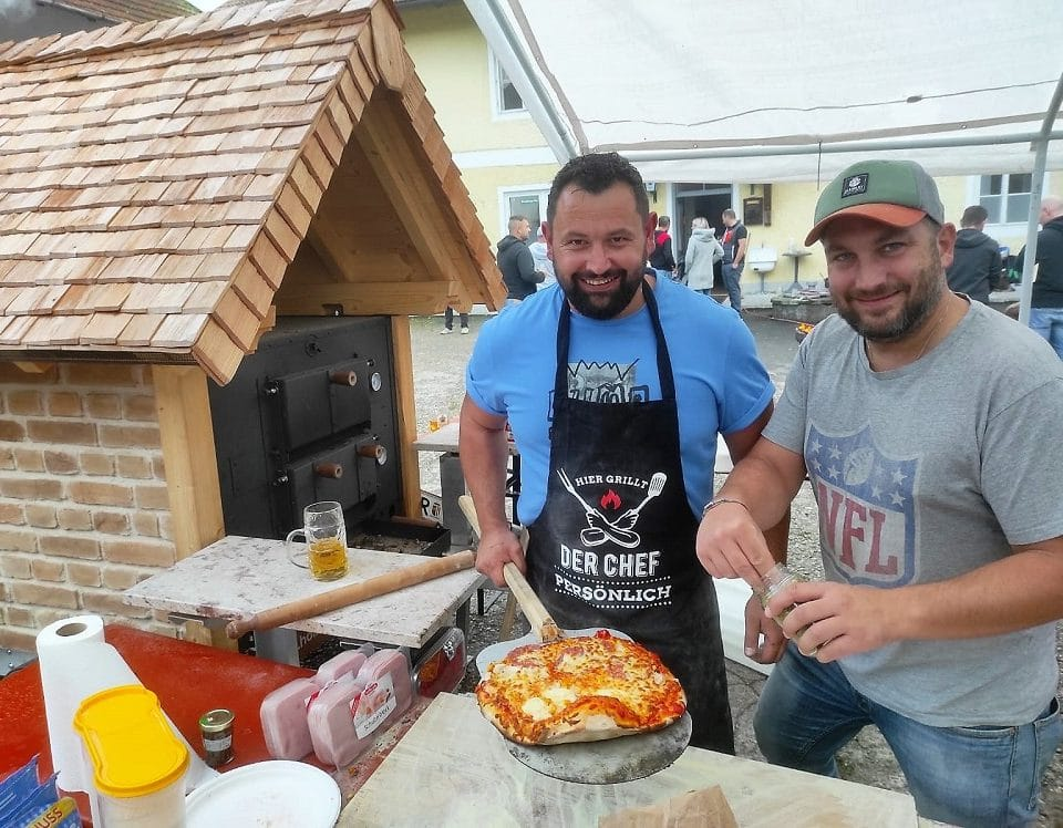 Holzbrotbackofen beim Familienfest